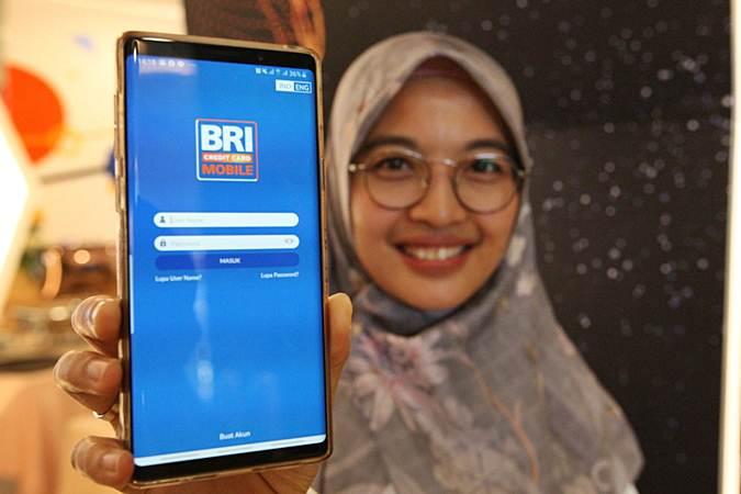 Karyawati PT Bank Rakyat Indonesia Tbk memperlihatkan aplikasi BRI Credit Card Mobile saat diluncurkan di Jakarta, Selasa (18/6/2019). - Bisnis/Dedi Gunawan