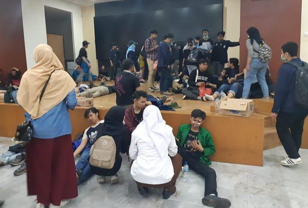 Sejumlah mahasiswa mengalami luka-luka dalam aksi unjuk rasa di depan gedung DPR - Bisnis/Feni