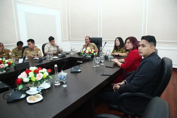 Wali Kota Palembang Harnojoyo (tengah) menyimak pemaparan dari tim Tokopedia di ruang kerjanya. - Istimewa