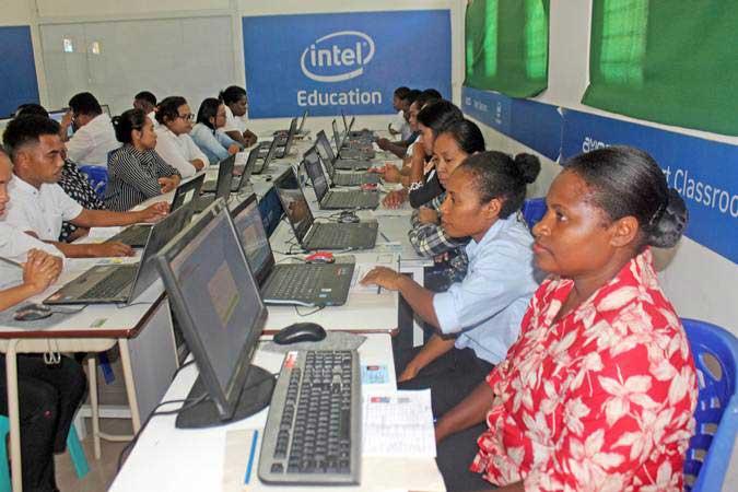 Peserta tes seleksi CPNS bersiap mengikuti tes di Laboratorium Komputer SMK Negeri 3 Kota Sorong, Papua Barat, Rabu (24/4/2019). - ANTARA/Olha Mulalinda
