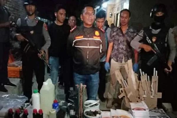 Kapolres Cirebon AKBP Suhermanto (tengah) saat menunjukkan barang bukti hasil penggeledahan di rumah terduga teroris. - Antara