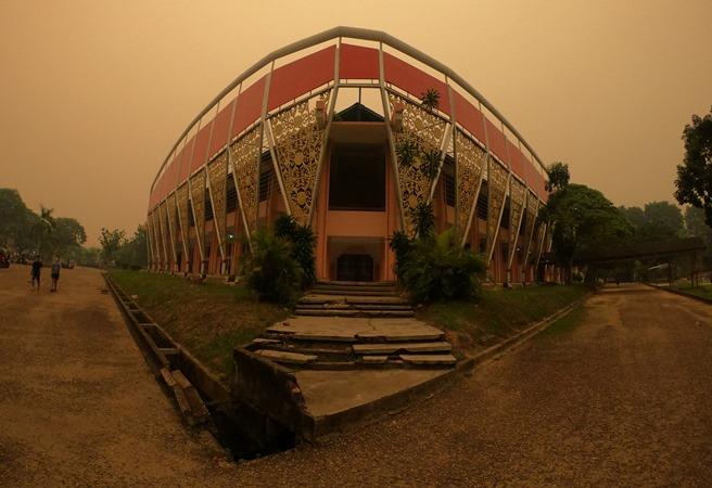 Warga beraktivitas di GOR Kota Baru yang diselimuti kabut asap kebakaran hutan dan lahan (karhutla), Jambi, Senin (14/10/2019). - ANTARA/Wahdi Septiawan