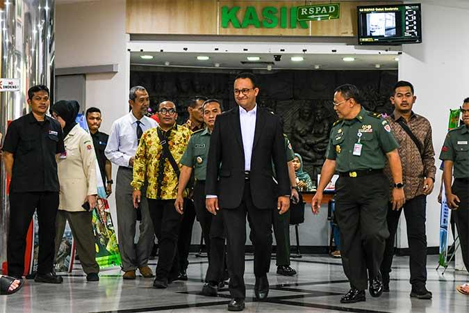 Gubernur DKI Jakarta Anies Baswedan (tengah) bersama Tim Dokter Kepresidenan Dr. A. Budi Sulitya (kedua kanan) berjalan keluar usai menjenguk Presiden ketiga RI BJ Habibie di Rumah Sakit Pusat Angkatan Darat (RSPAD), Jakarta. Antara - Galih Pradipta