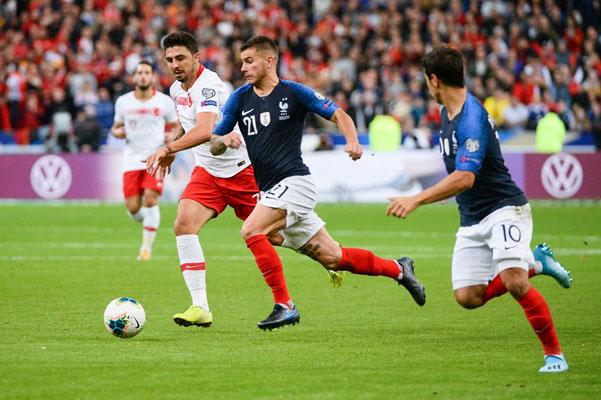 Pemain Prancis Lucas Hernandez (kedua kanan) bersama Wissam Ben Yedder (kanan) mencoba menembus pertahanan Turki. - UEFA.com