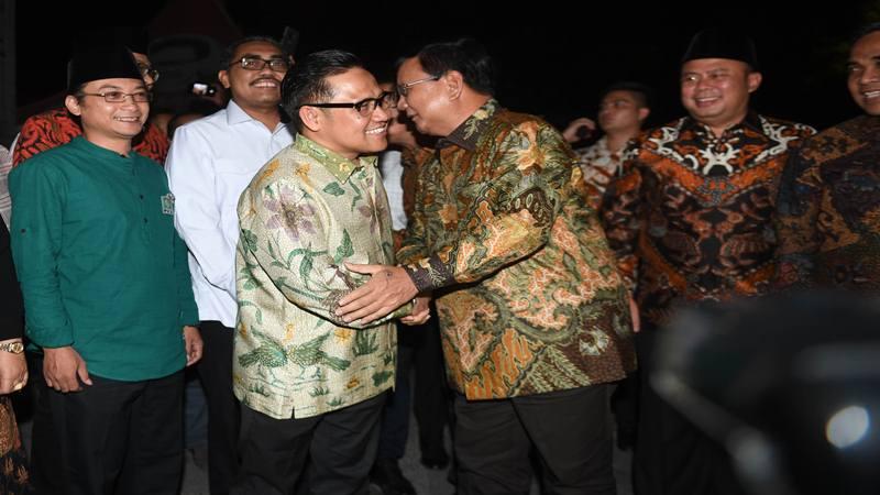 Ketua Umum PKB Muhaimin Iskandar (ketiga kiri) menyambut kedatangan Ketua Umum Partai Gerindra Prabowo Subianto (ketiga kanan) sebelum pertemuan di DPP PKB, Jakarta, Senin (14/10/2019). - Antara