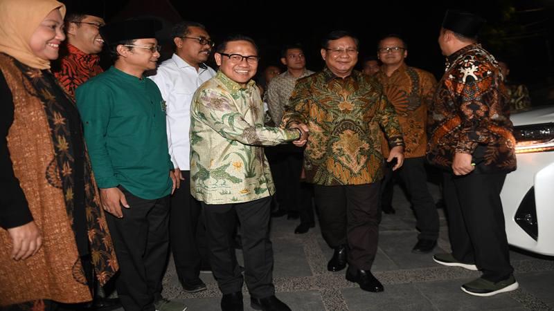 Ketua Umum PKB Muhaimin Iskandar (kelima kiri) menyambut kedatangan Ketua Umum Partai Gerindra Prabowo Subianto (ketiga kanan) sebelum pertemuan di DPP PKB, Jakarta, Senin (14/10/2019). - Antara