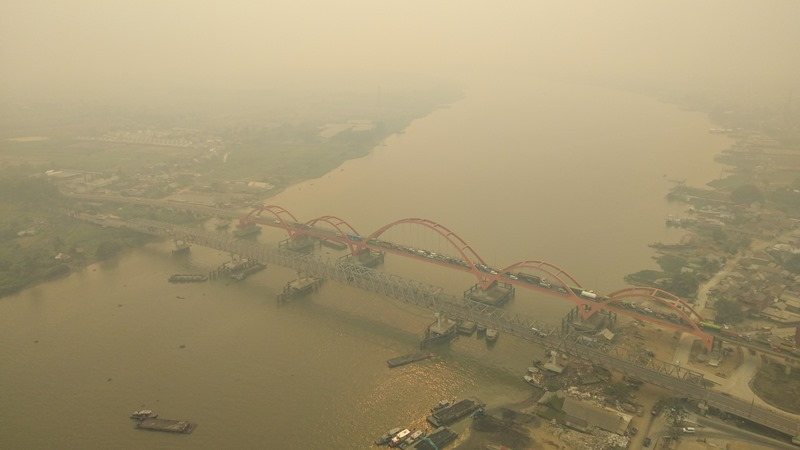 Foto udara kawasan kota Palembang yang tertutup kabut asap di Palembang, Sumatera Selatan, Senin (14/10/2019). - ANTARA/Nathan.