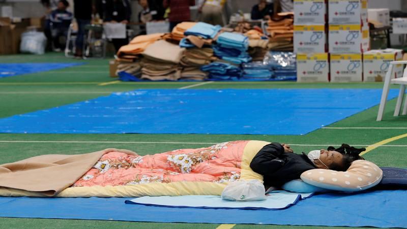 Seorang lelaki beristirahat di pusat evakuasi, setelah Topan Hagibis yang menyebabkan banjir parah, di Prefektur Nagano, Jepang, 14 Oktober 2019.  - Reuters