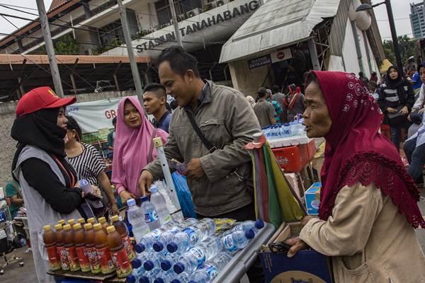 Petugas Ombudsman berbincang dengan pedagang kaki lima (PKL) saat pemonitoran di kawasan Tanah Abang, Jakarta, Rabu (17/1). Pemonitoran tersebut dilakukan untuk mengedukasi PKL bahwa kebijakan dengan menjadikan jalan umum dan trotoar sebagai tempat berjualan yang dibuat oleh Pemerintah Provnsi DKI Jakarta telah melanggar peraturan tentang sarana dan prasarana publik. ANTARA FOTO - Galih Pradipta