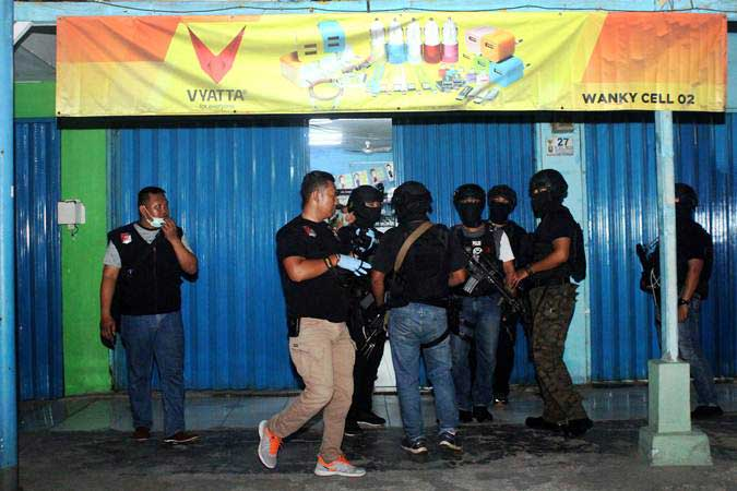 Ilustrasi-Tim Densus 88 Mabes Polri berjaga saat penggeledahan barang bukti milik terduga teroris, di sebuah kios aksesoris ponsel, Jalan KH Mochtar Tabrani, Bekasi, Jawa Barat, Rabu (8/5/2019). - ANTARA/Risky Andrianto