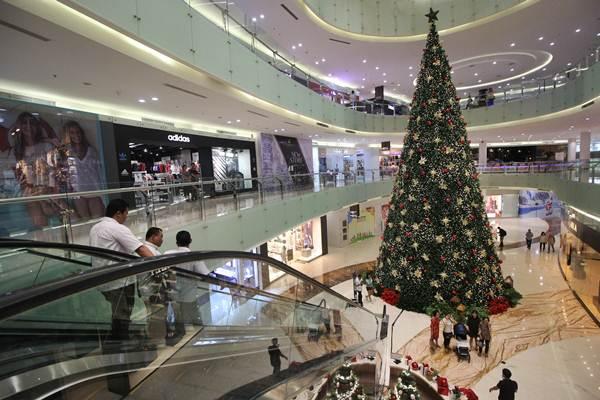 Pengunjung melihat pohon Natal berukuran 15 meter di salah satu pusat perbelanjaan di Surabaya, Jawa Timur, Senin (17/12/2018). - ANTARA/Moch Asim