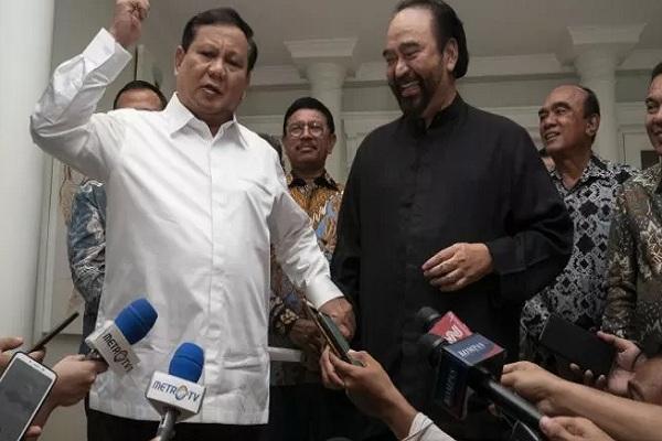 Ketua Umum Partai Gerindra Prabowo Subianto (kiri) dan Ketua Umum Partai NasDem Surya Paloh (tengah) menyampaikan keterangan pers usai melakukan pertemuan di kawasan Permata Hijau, Jakarta, Minggu (13/10/2019). - Antara