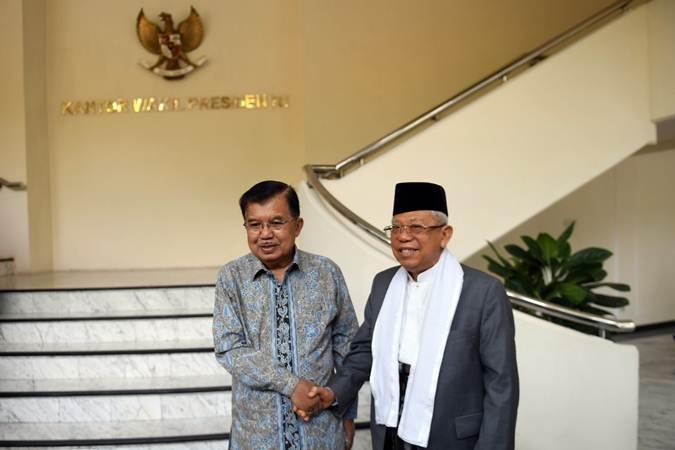 Wakil Presiden Jusuf Kalla (kiri) berjabat tangan dengan Wakil Presiden terpilih KH Ma'ruf Amin sebelum melakukan pertemuan di Kantor Wapres, Jakarta, Kamis (4/7/2019). - ANTARA/Akbar Nugroho Gumay