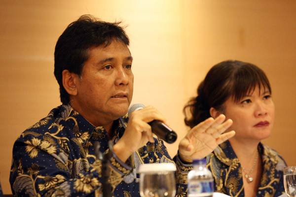 Ketua Umum Asosiasi Pengusaha Indonesia (Apindo) Hariyadi B. Sukamdani (kiri) didampingi Wakil Ketua Umum Shinta Widjaja Kamdani memberikan penjelasan mengenai outlook Apindo 2019, di Jakarta, Rabu (5/12/2018). - JIBI/Dedi Gunawan