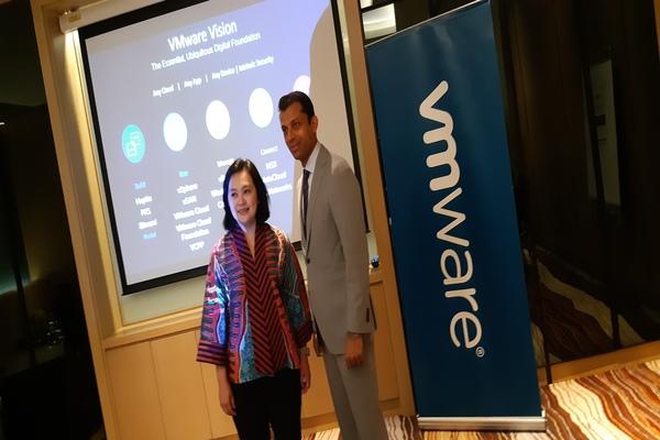 (ki-ka)Country Manager VMWare Indonesia Cin Cin Go;Vice President & Managing Director VMWare Southeast Asia and Korea Sanjay K. Deshmukh - Bisnis/Rahmad Fauzan