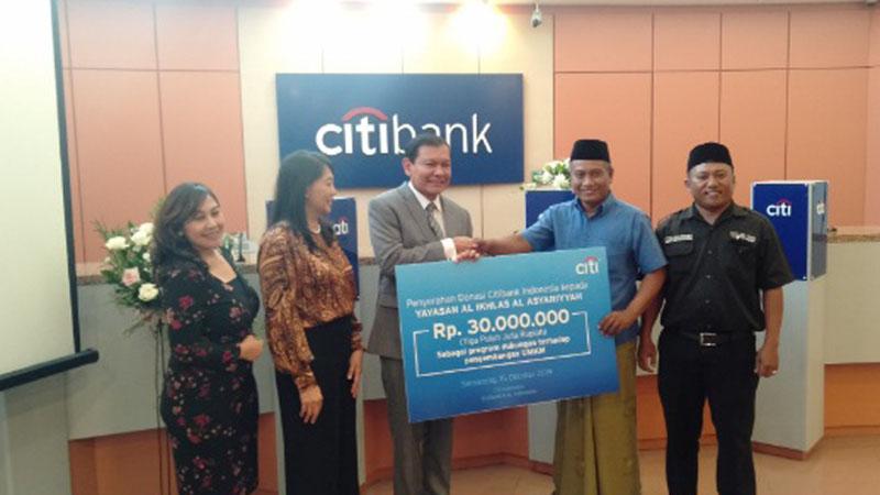Pemberian donasi Citi Peka (Peduli dan Berkarya) oleh CEO Citi Indonesia Batara Sianturi (tengah) kepada Ketua Yayasan Al Ikhlas Al Asyariyyah M. Abdul Aziz (kedua kanan). - Bisnis/Alif Nazzala Rizqi