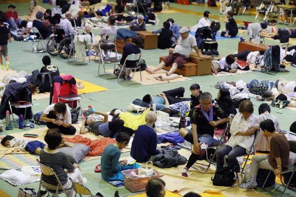 Warga Kota Mishima, Shizuoka mengungsi ke gedung olah raga sebuah sekolah untuk berlindung dari Topan Hagibis yang melanda Jepang, Sabtu (12/10/2019). Badai ini masuk dalam Kategori 5, sehingga kekuatannya sangat membahayakan. - Yomiuri Shimbun via Reuters