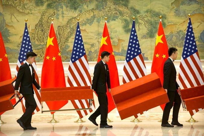 Sejumlah orang menyiapkan tempat anggota delegasi negosiasi AS dan China di Guesthouse Negara Bagian Diaoyutai di Beijing, China 15 Februari 2019. - REUTERS/Mark Schiefelbein