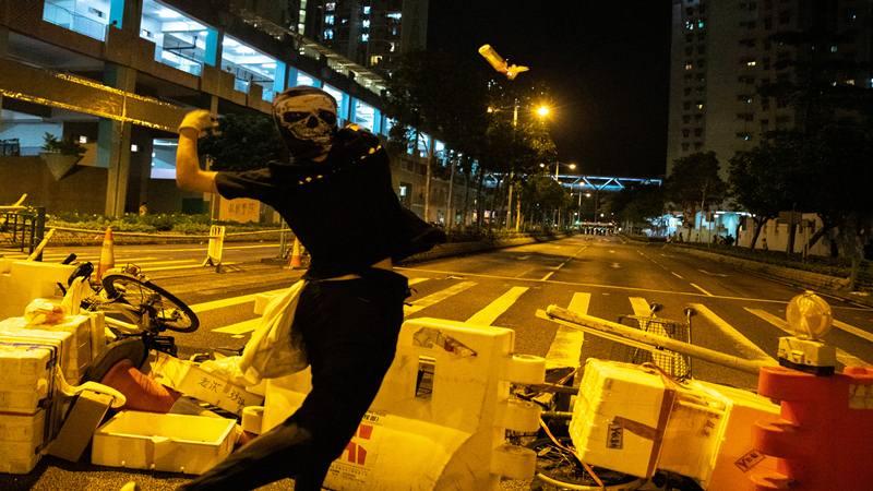 Para pengunjuk rasa anti-pemerintah melempar bom molotov ke arah petugas polisi antihuru hara selama protes di distrik Tseung Kwan O, di Hong Kong, China, 13 Oktober 2019. - Reuters