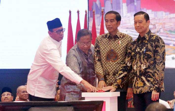 Presiden Joko Widodo (kedua kanan) didampingi Kepala BKPM Thomas Lembong (kanan), Menko Perekonomian Darmin Nasution (kedua kiri) dan Gubernur Banten Wahidin Halim (kiri) membuka rapat koordinasi nasional (Rakornas) investasi tahun 2019 di ICE BSD Tangerang Selatan, Selasa (12/3/2019). - ANTARA/Mahesvari