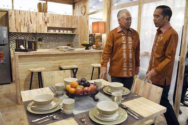 Presiden Joko Widodo (kanan) didampingi Menteri Perdagangan Enggartiasto Lukita meninjau rumah tahan gempa di sela-sela pembukaan Trade Expo Indonesia ke-33 di Tangerang, Banten, Rabu (24/10/2018). - ANTARA/Puspa Perwitasari