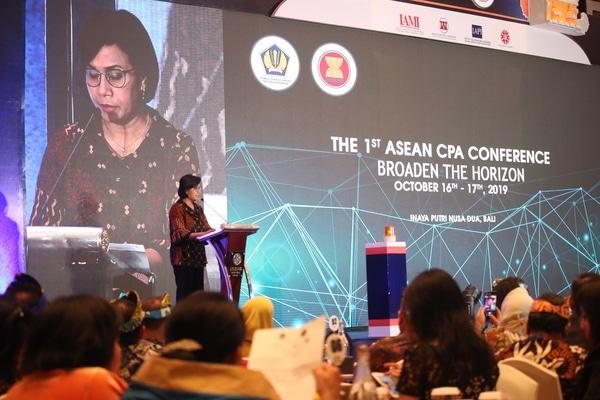 Menteri Keuangan Sri Mulyani saat memberi sambutan di acara The 1st Asean Certified Public Accountant (CPA) Conference  2019 yang di gelar di Bali Rabu, (16/10/2019). Pertemuan ini sebagai media diskusi kebutuhan dan tantangan akuntan dan sebagai media untuk sertifikasi CPA untuk menggarap pasar Asean. - Bisnis/Sultan Anshori