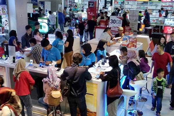 Calon pembeli memilih ponsel pintar di pusat perbelanjaan elektronik center, di Bandung, Jawa Barat, Selasa (27/6). - JIBI/Dedi Gunawan