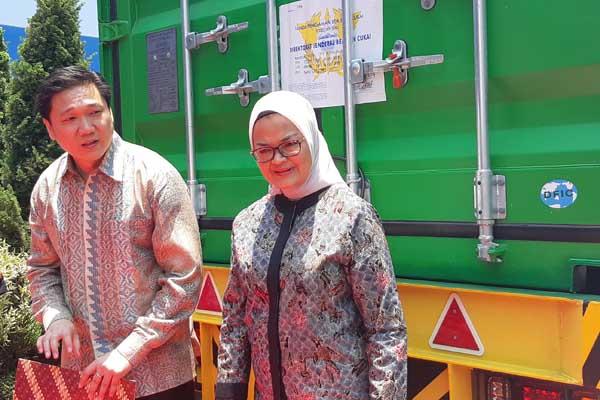 Kepala BPOM Penny K. Lukito (kanan) dan Presiden Direktur Mayora Group, Andre Sukendra Atmadja (kiri) saat prosesi pelepasan ekspor perdana produk AMDK Le Minerale ke Singapura, di pabrik Pasuruan, Rabu (16/10 - 2019)