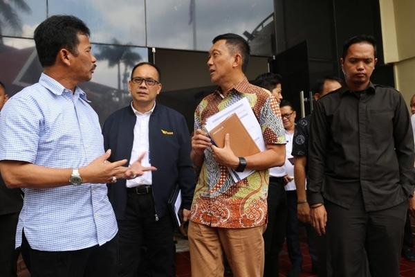 Kepala BP Batam Muhammad Rudi (kiri) seusai pertemuan dengan PT Daya Sarana Kabil terkait rencana pembangunan pembangkit listrik di kawasan Kabil, Nongsa. - Bisnis/Bobi Bani