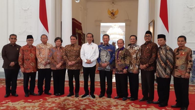 Presiden Joko Widodo berfoto bersama dengan pimpinan MPR di Istana Merdeka, Jakarta, Rabu (16/10/2019). - Bisnis/Amanda Kusumawardhani
