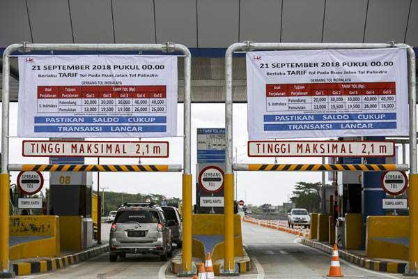 Kendaraan melewati gerbang tol Indralaya di tol Palembang-Indralaya (Palindra), Ogan Ilir (OI), Sumatera Selatan, Kamis (20/9/2018). - ANTARA/Nova Wahyudi