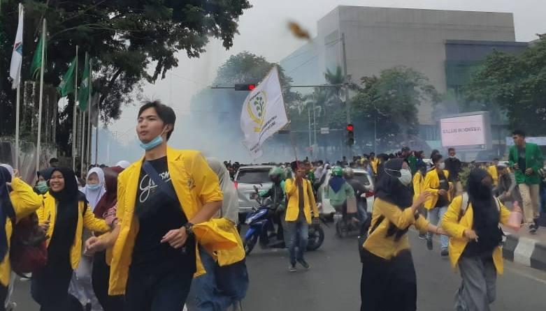 Aksi menolak sejumlah rancangan undang-undang di antaranya RKUHP, dan RUU KPK di Palembang Rusuh. Polisi mulai menembakan gas air mata, Selasa (24/9). - Bisnis/Dinda Wulandari