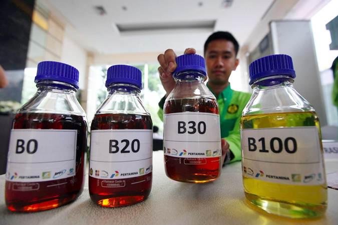Petugas memperlihatkan contoh bahan bakar biodiesel saat peluncuran Road Test Penggunaan Bahan Bakar B30 (campuran biodiesel 30% pada bahan bakar solar) pada kendaraan bermesin diesel, di Jakarta, Kamis (13/6/2019). - Bisnis/Abdullah Azzam