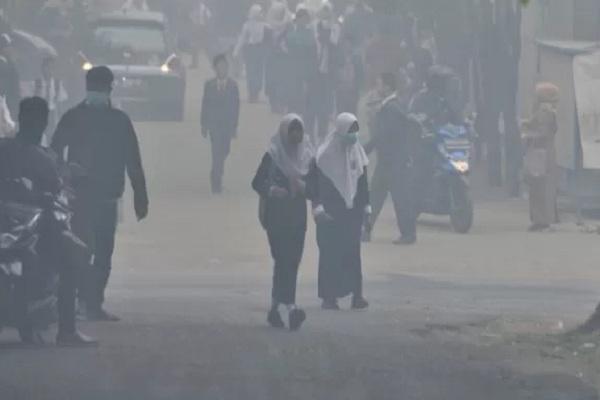 Sejumlah siswa SMP pulang lebih awal usai diumumkannya libur terkait kondisi kabut asap yang pekat di Palembang, Sumatera Selatan, Senin (14/10/2019). - Antara