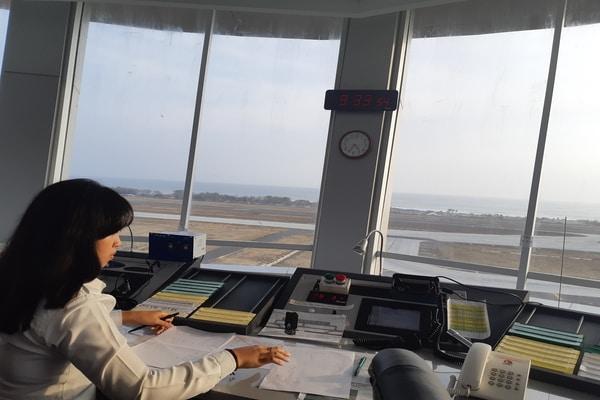 Seorang petugas yang sedang bekerja di Menara ATC Yogyakarta International Airport di Kulon Progo, Yogyakarta pada Rabu (16/10/2019). JIBI/ Bisnis.com - Ria Theresia Situmorang