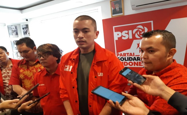 Rian Ernest, Juru Bicara PSI bersama anggota Federasi Indonesia Bersatu (Fiber) memberikan penjelasan mengenai langkah PSI yang mendorong Bawaslu membuka kembali kasus mahar cawapres Rp1 triliun dari Sandiaga Uno kepada PAN dan PKS - Bisnis/Aziz R