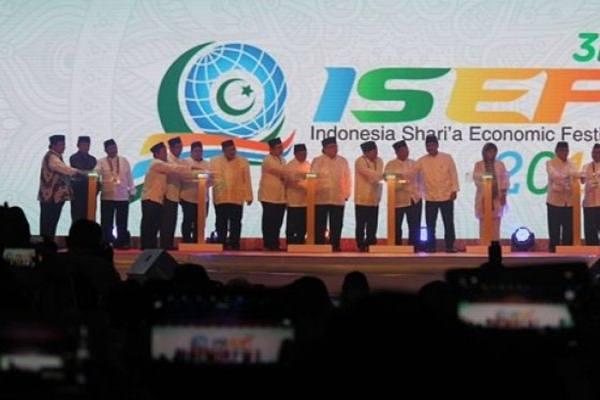 Pembukaan Indonesia Shari'a Economic Festival (ISEF) 2016 di Surabaya, Jawa Timur, Kamis (27/10). - Antara