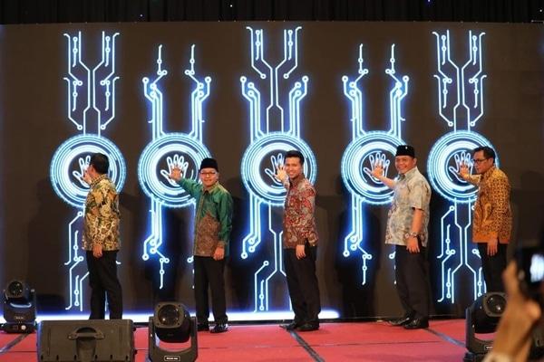 Wakil Gubernur Jawa Timur, Emil Elestianto Dardak (tengah) bersama Wali Kota Malang Sutiaji (dua dari kiri) pada Malam Penganugerahan Inovasi dan Kreativitas Informasi Digital (AIKID) di Hotel Savana, Rabu (16/10/2019) malam. - Istimewa