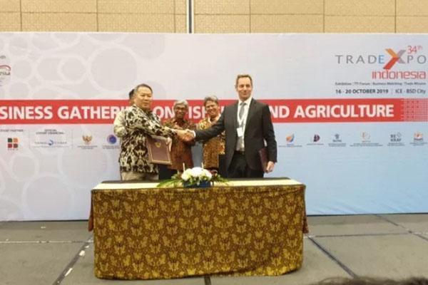 Penandatangan perjanjian budi daya ikan terpadu oleh konsorsium perusahaan Indonesia yang dipimpin PT El Rose Brothers dengan perusahaan Sterner AS asal Norwegia pada Trade Expo Indonesia (TEI) 2019 di Tangerang, Banten, pada Rabu (16/10/2019). - Antara-KBRI Oslo