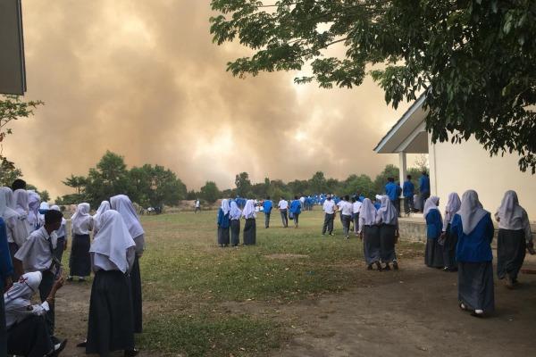 Karhutla yang terjadi di Kabupaten Ogan Ilir, Sumatra Selatan, Senin (9/9) lokasinya tak jauh dari kawasan sekolah dan permukiman penduduk sehingga menimbulkan dampak negatif bagi kesehatan masyarakat yang terpapar kabut asap. - Istimewa