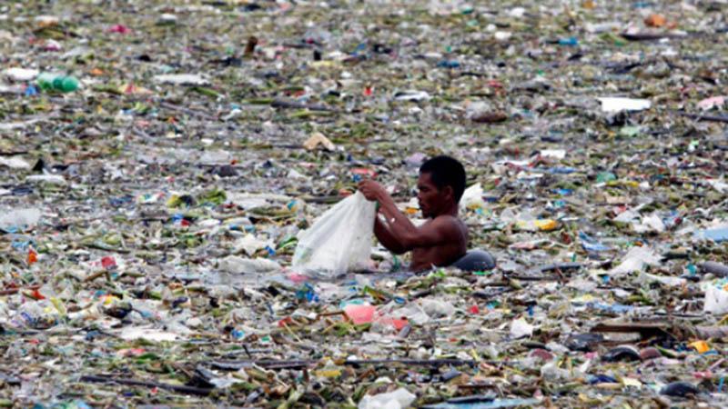 Ilustrasi-Sampah plastik di perairan Teluk Manila, Filipina - Reuters
