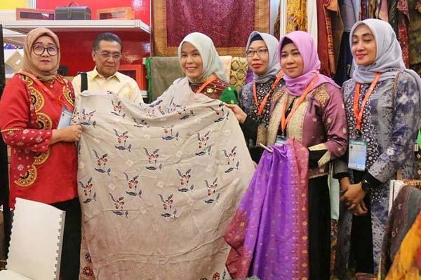 Wakil Wali Kota Palembang Fitrianti Agustinda (tengah) saat meninjau stand pameran Pemerintah Kota Palembang usai acara Pembukaan Trade Expo Indonesia (TEI) 2019. - Istimewa