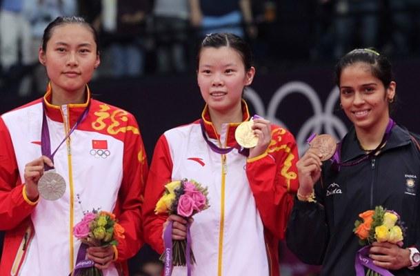 Li Xue Rui (tengah) saat menjuarai Olimpiade 2012 - BWF