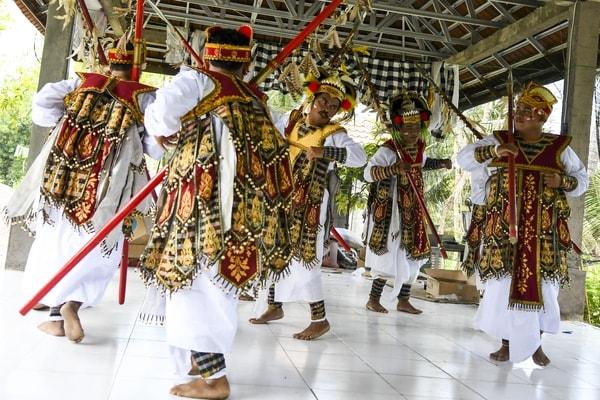 Warga Kampung KEM (Kawasan Ekonomi Masyarakat) Kolok Bengkala penyandang disabilitas binaan Pertamina menari di Desa Bengkala, Buleleng, Bali, Kamis (26/9/2019). - Antara/Galih Pradipta
