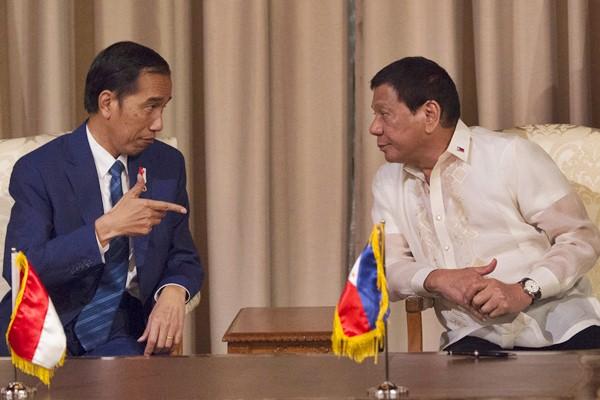 Presiden Joko Widodo (kiri) berbincang dengan dengan Presiden Filipina Rodrigo Duterte pada kunjungan kenegaraan di Istana Malacanyan, Manila, Filipina, Jumat (28/4). - Antara/Rosa Panggabean