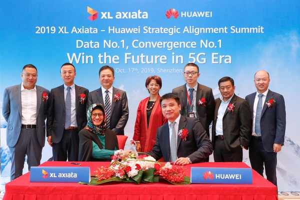 PT XL Axiata Tbk. bersama Huawei Technology menandatangani perjanjian kesepakatan terkait kesiapan jaringan inti 5G di Jakarta, Kamis (17/10/2019) - Bisnis/Leo Dwi Jatmiko