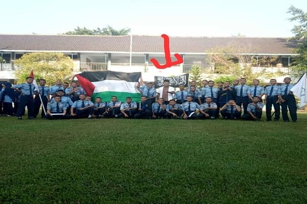 Bendera hitam yang identik dengan simbol HTI dikibarkan sejumlah siswa di kompleks SMKN 2 Sragen. - Istimewa/Endro Supriyadi