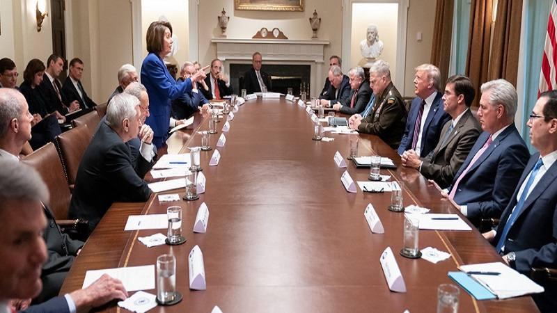 Ketua DPR Nancy Pelosi menunjuk Presiden Amerika Serikat (AS) Donald Trump dalam pertemuan dengan perwakilan Kongres dari masing-masing bipartisan di Gedung Putih Rabu (16/10/2019). - Twitter @realDonaldTrump