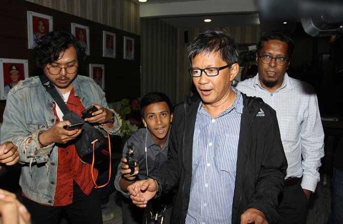 Akademisi dan aktivis Rocky Gerung (kedua kanan) bersiap menjalani pemeriksaan terkait ujarannya bahwa kitab suci itu fiksi dalam program 'Indonesia Lawyers Club' (ILC), di Ditkrimsus, Polda Metro Jaya, Jakarta, Jumat (1/2/2019). - ANTARA/Reno Esnir