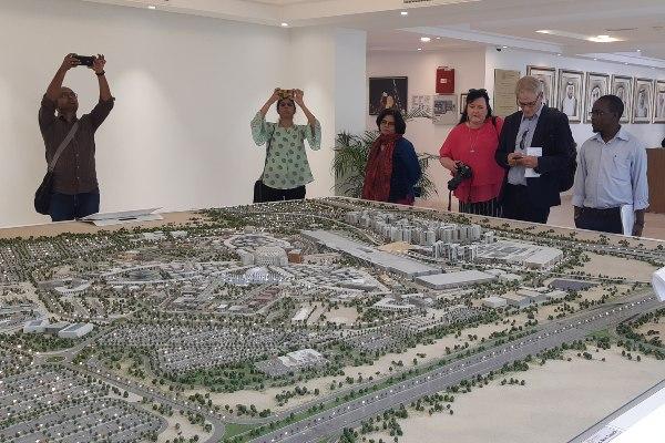 Para pengunjung melihat maket Expo 2020 yang berada dalam kawasan seluas 4,38 km2 atau 43.800 hektare (ha) di Dubai.